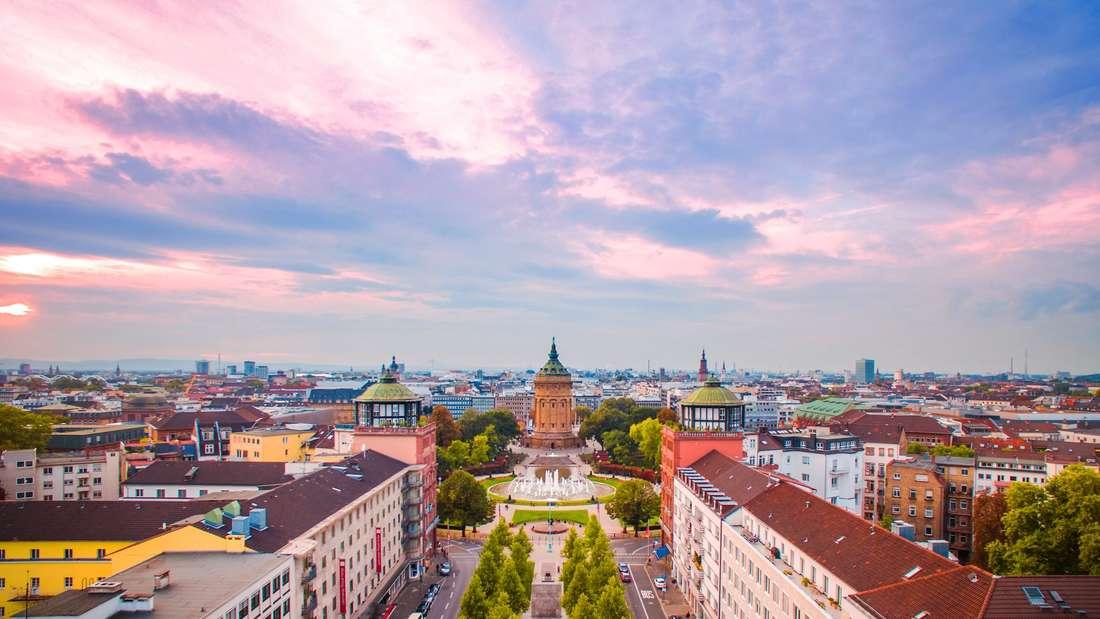 Blick über die Augustaanlage auf den Wasserturm in Mannheim.