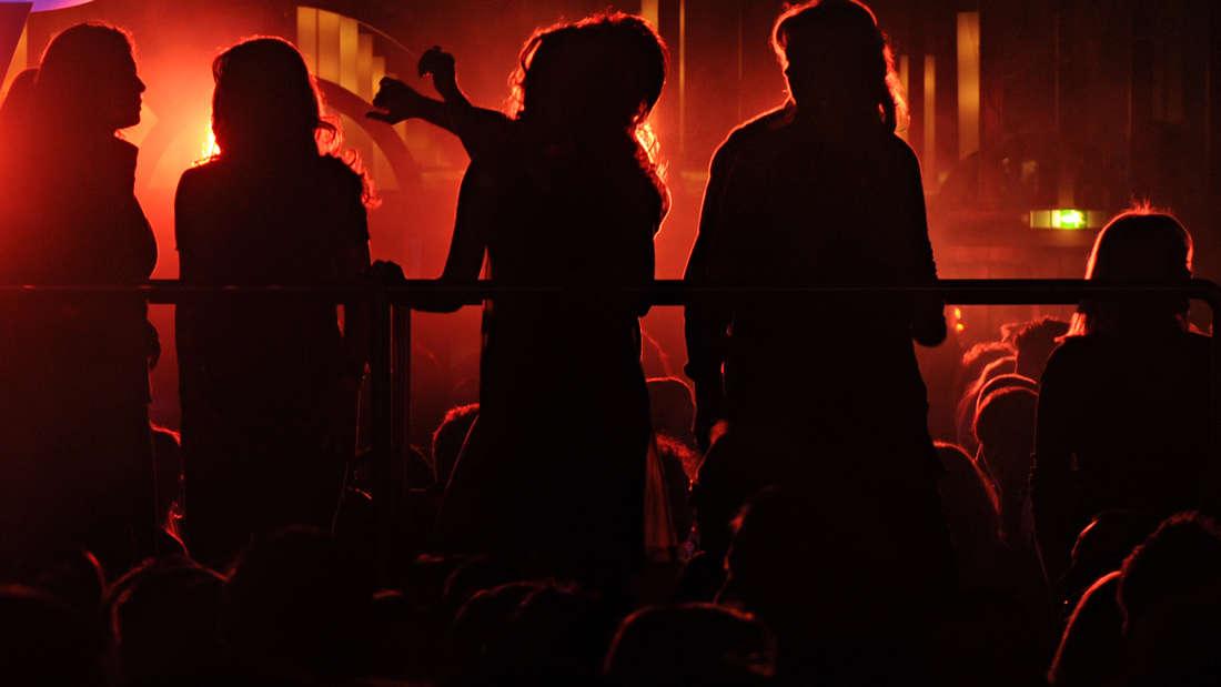 Tanzende Menschen in einem Lokal (Symbolfoto)