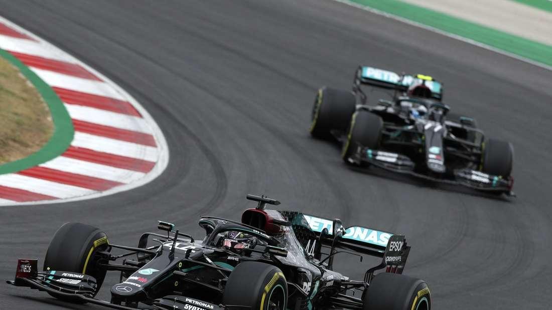Lewis Hamilton (l.) fährt vor Valtteri Bottas durch eine Kurve.