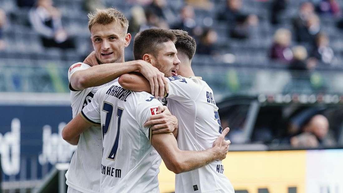 Stefan Posch (li.) erhält bei der TSG Hoffenheim einen neuen Vertrag.
