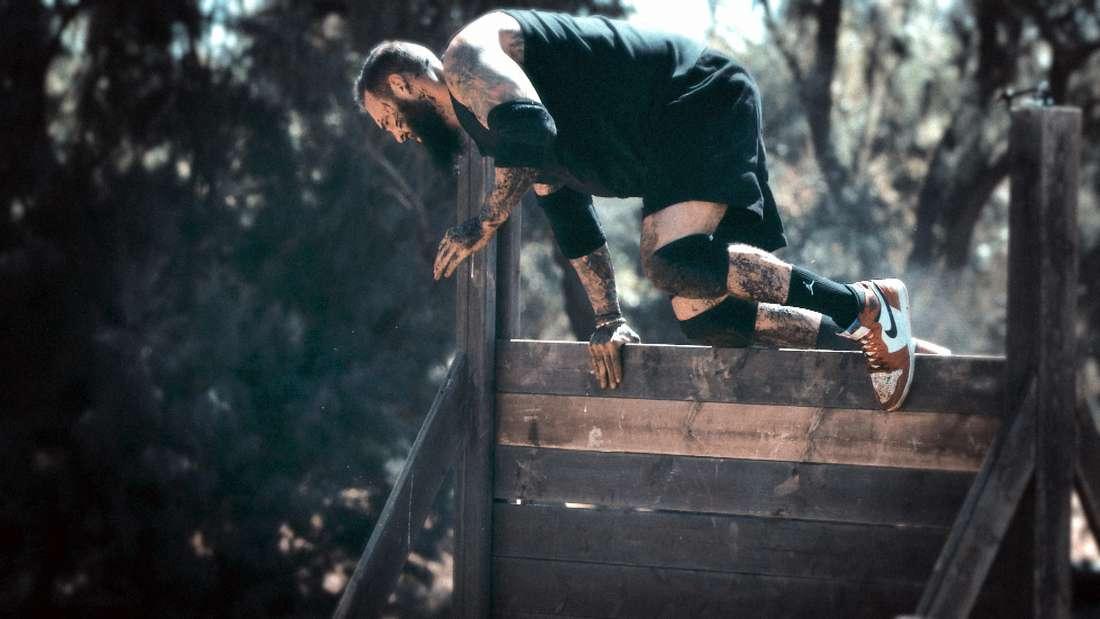 Daniel M. springt über eine Wand.