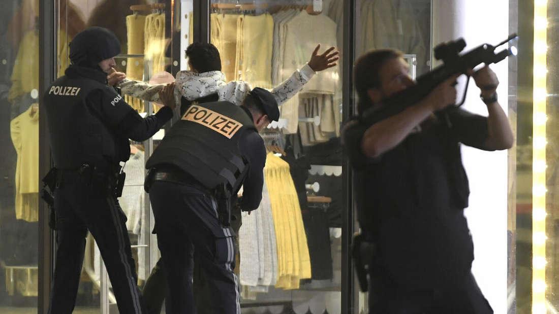 Wien: Schwerbewaffnete Polizisten kontrollieren in der Wiener Innenstadt eine Person. Ein Beamter hat sein Gewehr im Anschlag