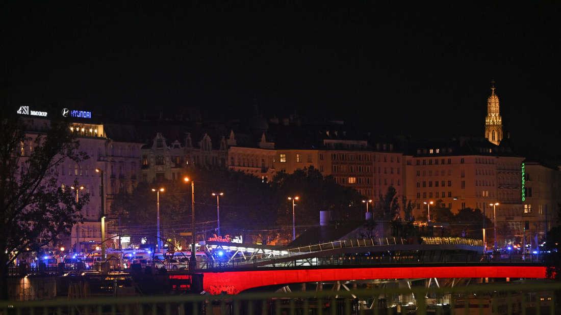 österreich, Wien: Polizeifahrzeuge stehen in der Wiener Innenstadt.