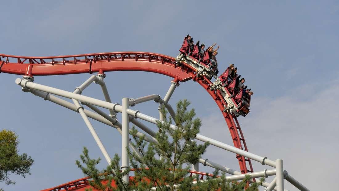 Im Freizeitpark warten viele Attraktion auf Adrenalin-Junkies - die Achterbahn ist der Klassiker.