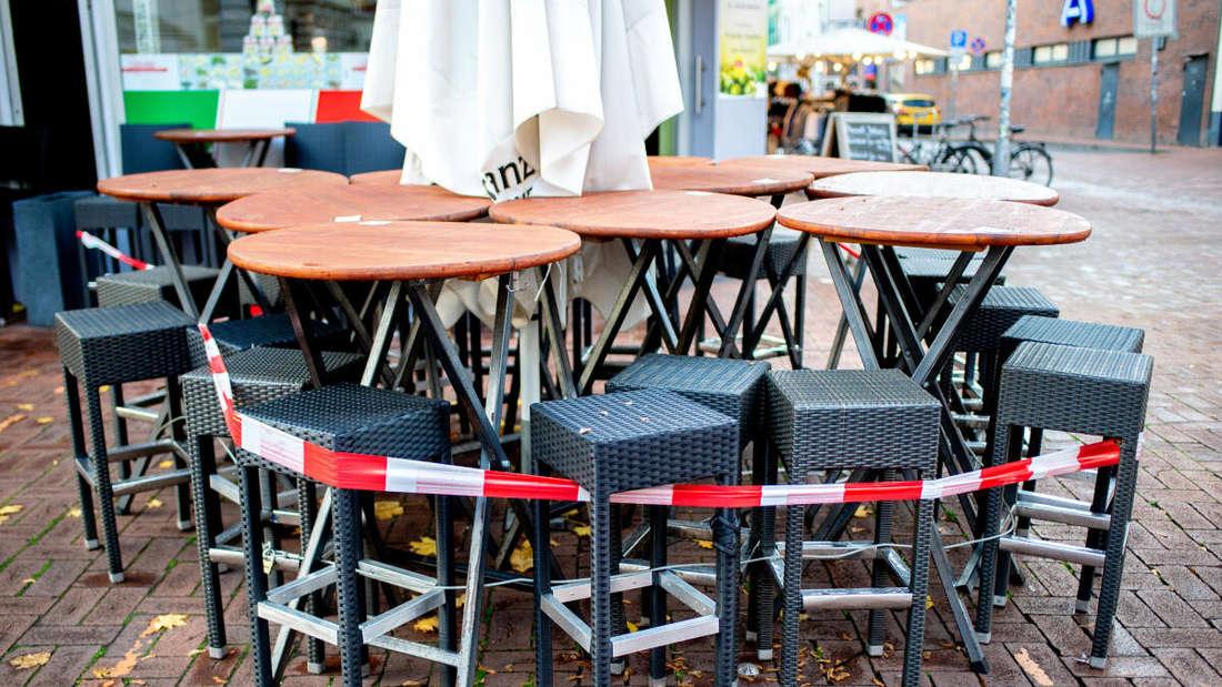 ische und Stühle stehen vor einer Pizzeria auf der Lister Meile, die derzeit nur Speisen zum Mitnehmen anbieten kann.