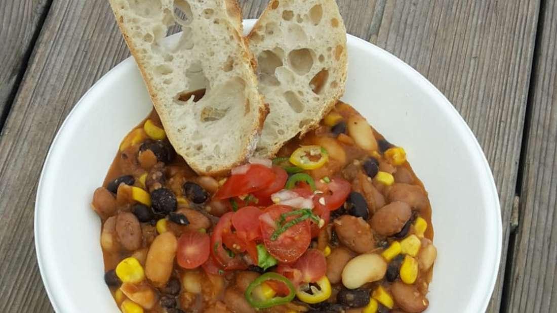 Tonis köstliches Drei-Bohnen-Chilli mit Salsa Cruda.