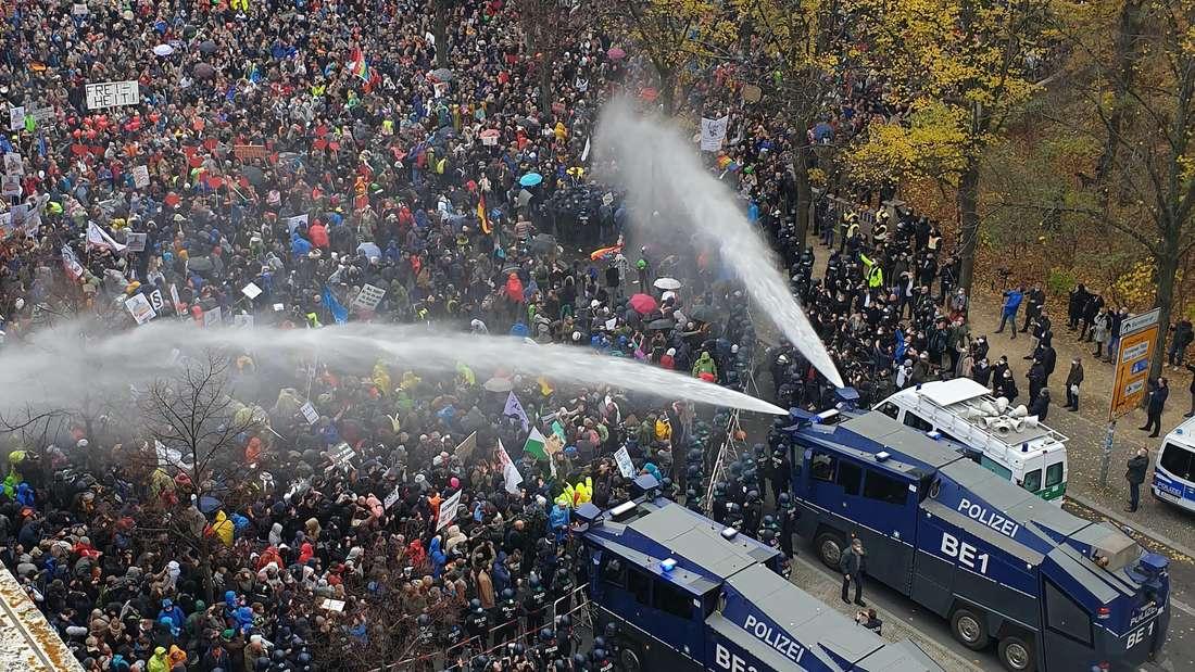 Mit Wasserwerfern geht die Polizei gegen die Demonstranten vor.