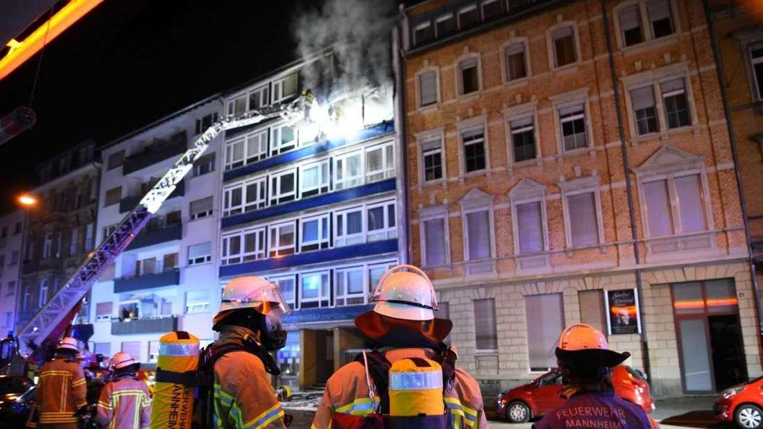 Mannheim: Feuer in einem Mehrfamilienhaus in der Schwetzingerstadt.