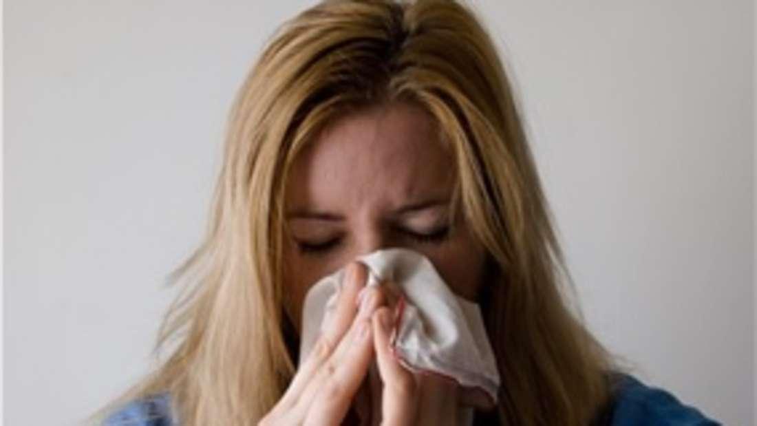 Das Gefühl, dass eine verstopfte Nase das freie Durchatmen unmöglich macht, kennen Menschen mit einer Erkältung oder Allergiker mit Heuschnupfen nur zu gut. Nasenpolypen können dieselben Symptome haben.