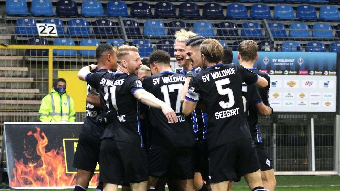 Der SV Waldhof Mannheim geht gegen den MSV Duisburg früh in Führung.