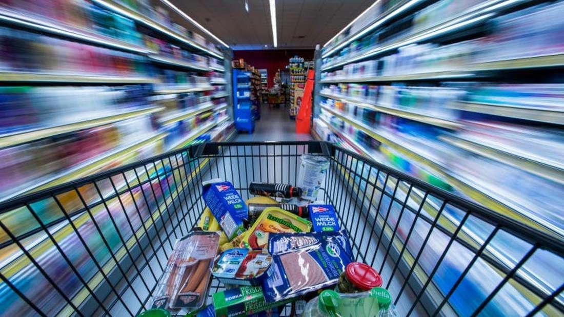 Ein voller Einkaufswagen in einem Supermarkt