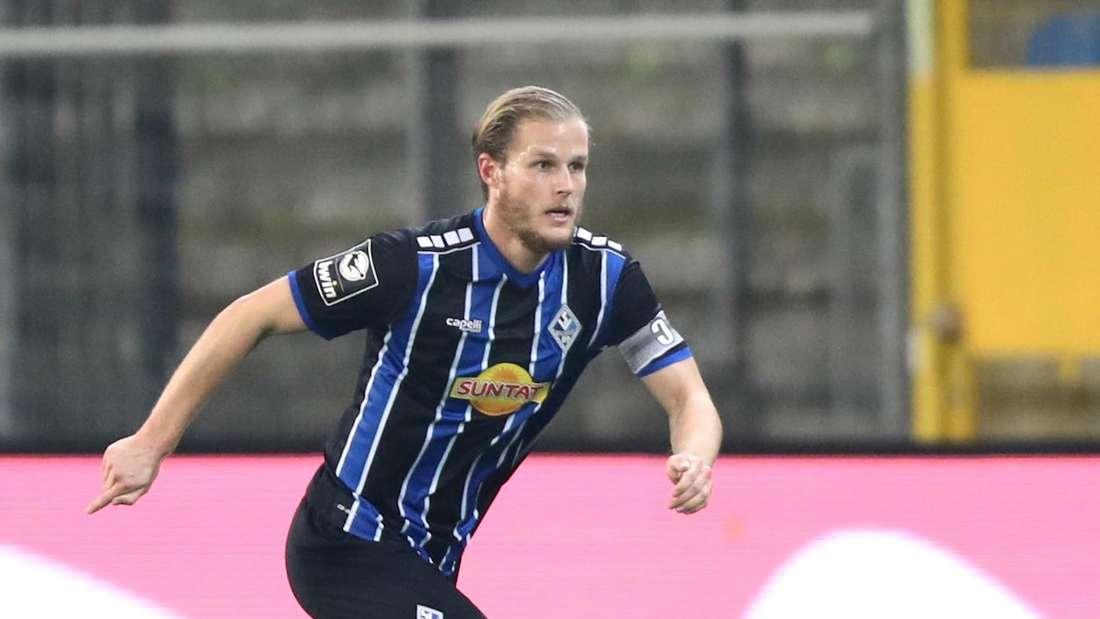 Waldhof-Kapitän Marcel Seegert ist am Ball.