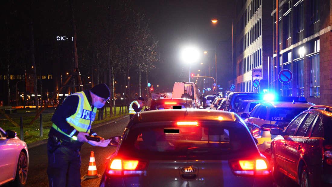 Die Polizei überprüft Fahrzeuge.