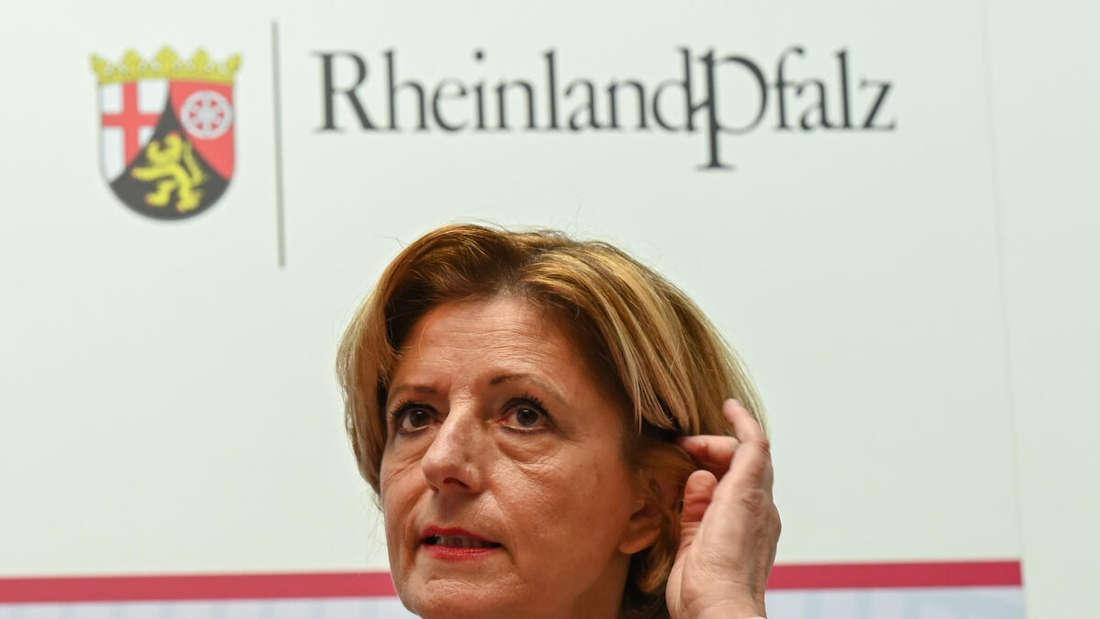 Malu Dreyer (SPD), Ministerpräsidentin des Landes Rheinland-Pfalz, spricht während einer Pressekonferenz in der Staatskanzlei