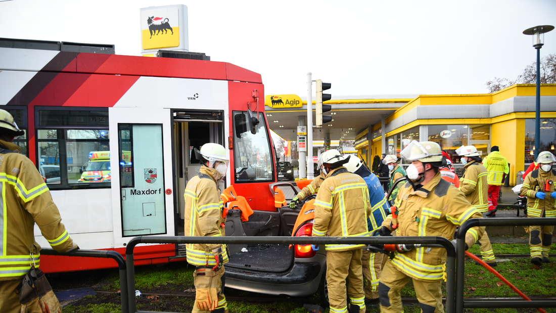Schwerer Unfall zwischen Straßenbahn und Auto und Mannheim