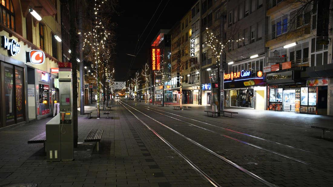 Die leergefegte Breite Straße während der Ausgangssperre in Mannheim