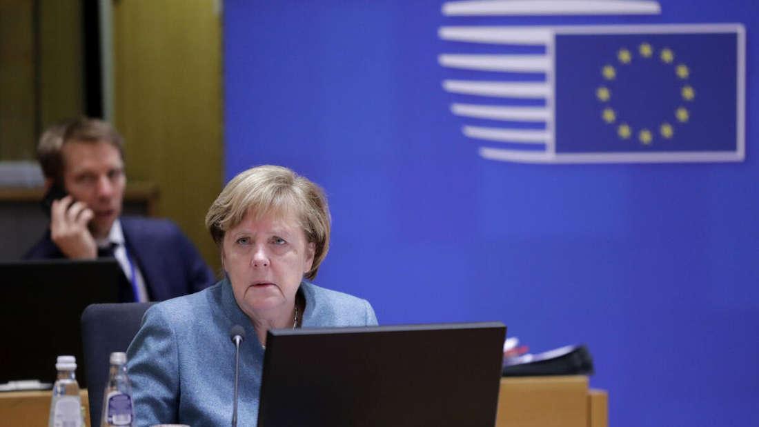 Bundeskanzlerin Angela Merkel nimmt nach einer nächtlichen Verhandlungssitzung an einem Runden Tisch beim Gipfel der EU-Staats- und Regierungschefs teil.