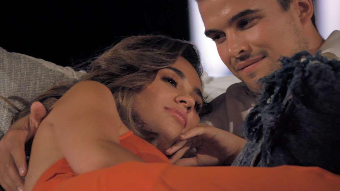 Bachelorette Melissa Damilia und Kandidat Daniel Häusle kuscheln auf der Couch.