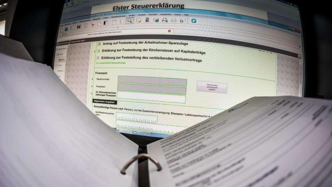 Eine Seite für die Übermittlung der Steuererklärung über das ELSTER-Online-Portal ist auf einem Computermonitor geöffnet.