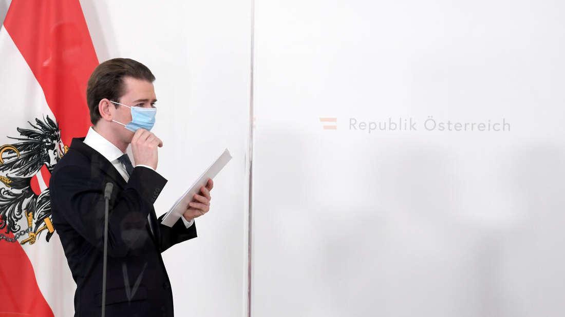Sebastian Kurz (ÖVP), Bundeskanzler von Österreich, richtet seinen Mund-Nasen-Schutz bei einer Pressekonferenz.