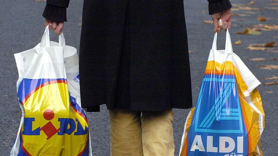 Eine Person mit zwei Plastiktüten