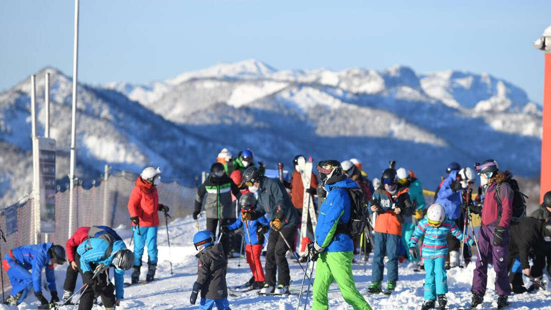 Bergblick, im Vordergrund viele Skifahrer