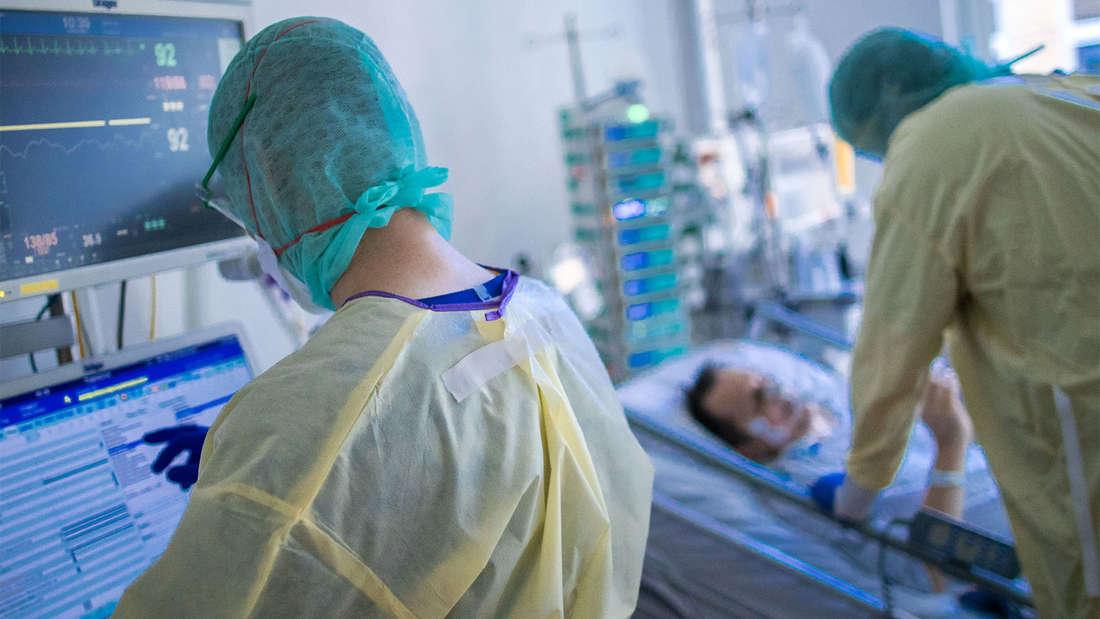 Coronavirus in Deutschland: Krankenschwestern und Pflegekräfte arbeiten im besonders geschützten Teil der Intensivstation des Universitätsklinikums Greifswald mit Corona-Patienten.