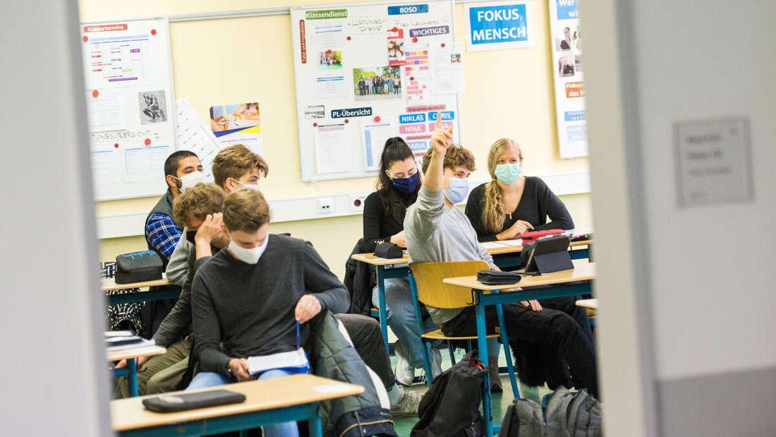Hamburg, 19. Oktober: Schüler einer 13. Klasse der Stadtteilschule Niendorf sitzen mit Mund-Nasen-Bedeckungen im Deutsch-Unterricht.