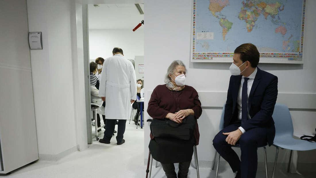 Wien, 27. Dezember: Sebastian Kurz (ÖVP), Bundeskanzler von Österreich, spricht in der Medizinischen Universität Wien mit der Frau, die die erste Corona-Impfung in Österreich erhalten hat.