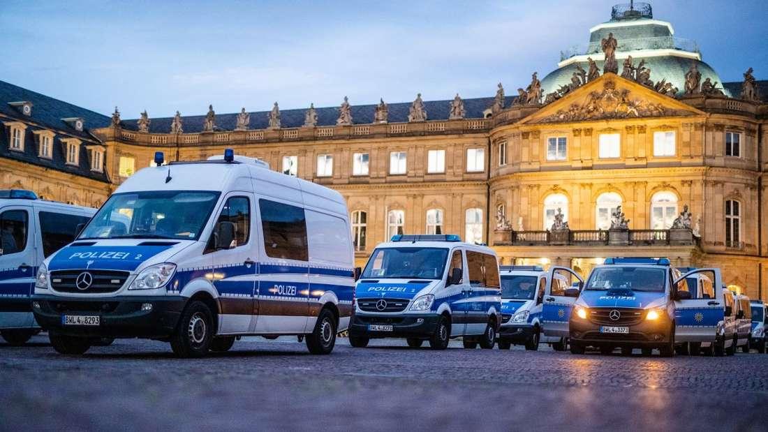 Einsatzwagen der Polizei stehen vor dem Neuen Schloss.