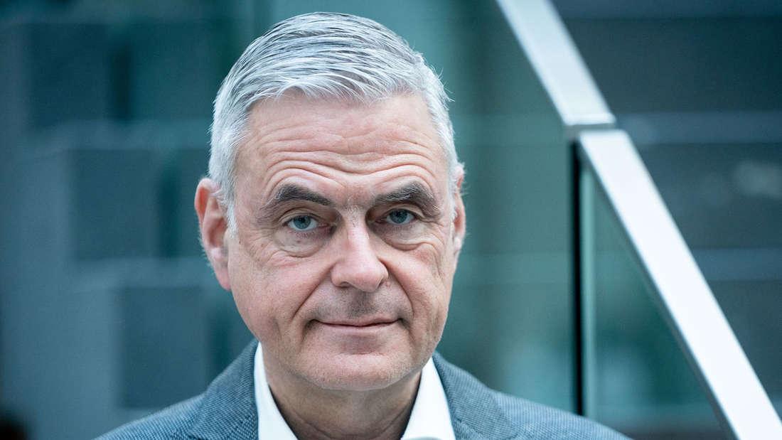 Uwe Janssens, Präsident der DIVI (Deutsche Interdisziplinäre Vereinigung für Intensiv- und Notfallmedizin) kommt in der Bundespressekonferenz an.