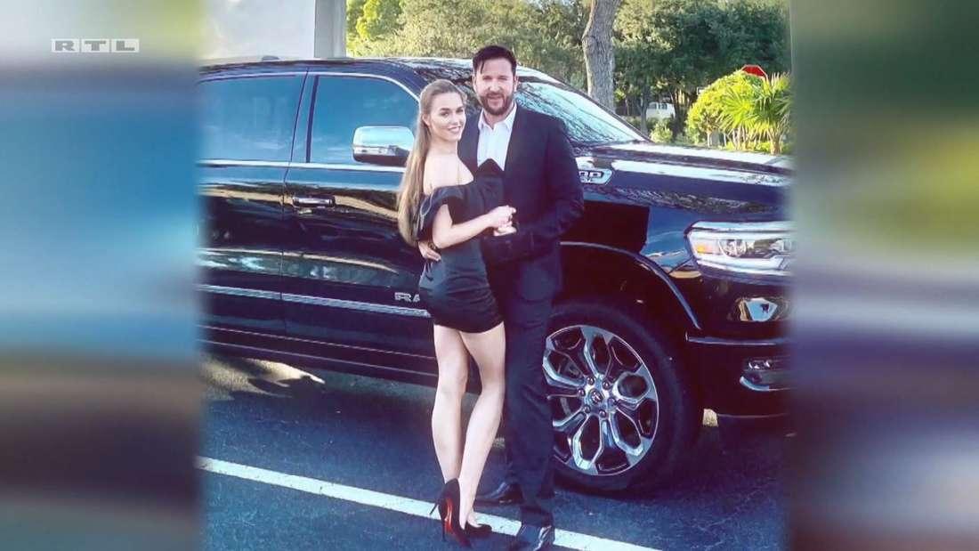 RTL blendete ein Foto von Michael Wendler und Laura Müller ein, das die beiden posierend vor einem SUV zeigt.