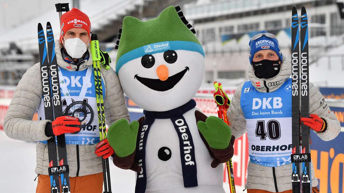 """Biathlon in Oberhof: Arnd Peiffer (links) und Erik Lesser (rechts) mit dem Oberhof-Maskottchen """"Flocke"""" nach dem Sprint am Mittwoch."""