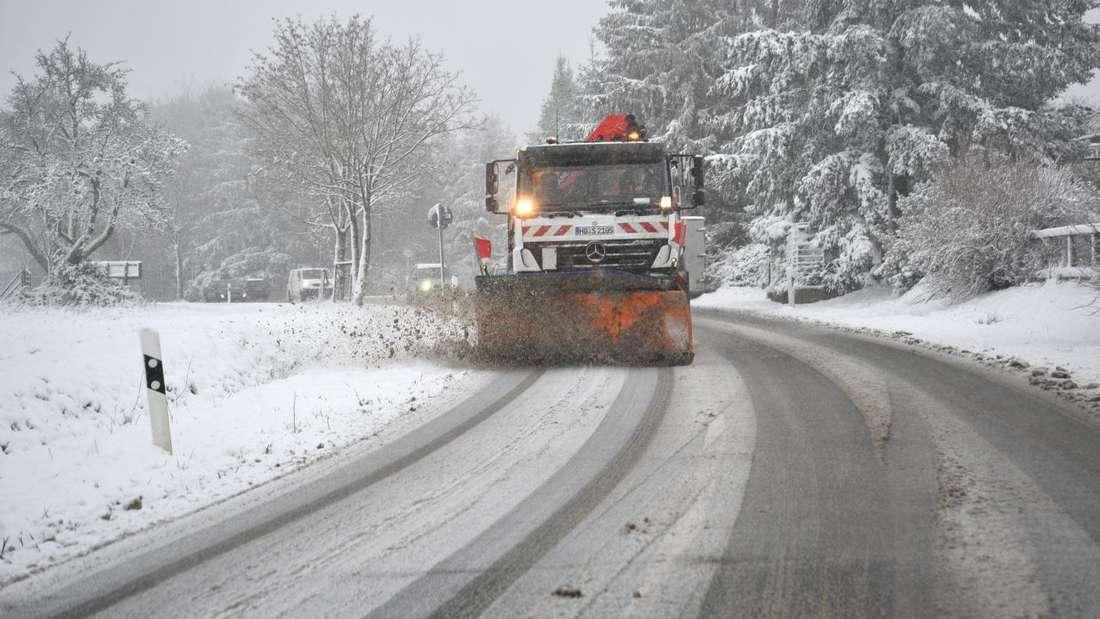 Auf dem Gaiberger Weg kommt ein Gefahrguttransport an einer Steigung nicht mehr weiter und muss den Streudienst abwarten.