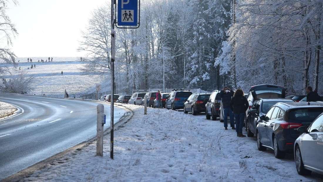 Zahlreiche Besucher drängen bei schönstem Winterwetter in die höheren Lagen, um den Schnee zu genießen.