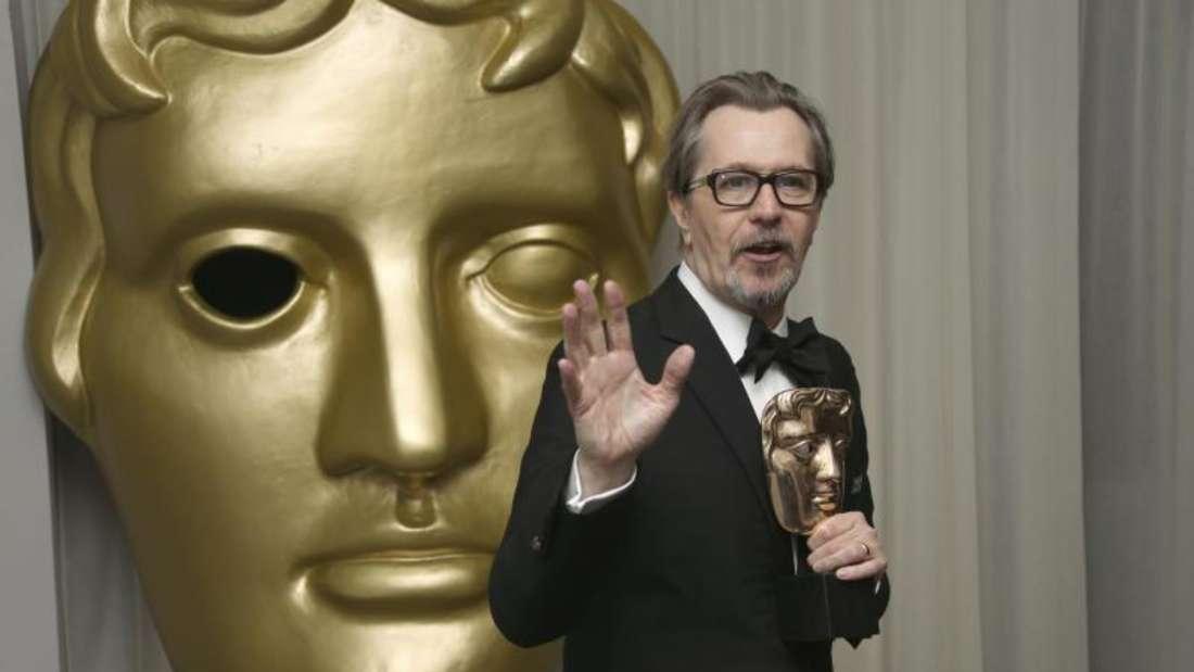 Der britische Schauspieler Gary Oldman hält bei der After-Party der British Academy Film Awards (BAFTA) seine Auszeichnung als bester Hauptdarsteller