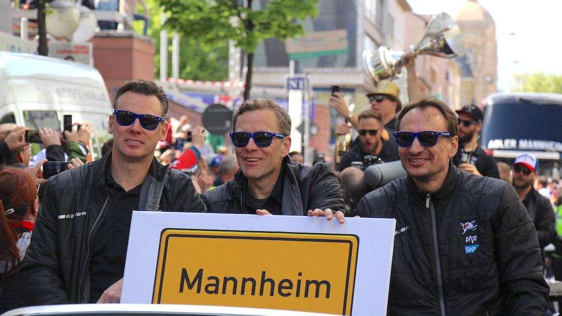 Das Erfolgstrio bei der Meisterfeier 2019: Pellegrims, Alavaara und Gross bleiben bei den Adler Mannheim.