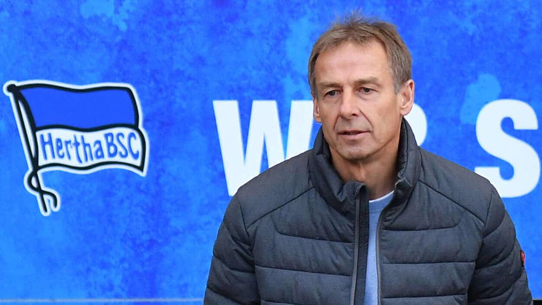 Jürgen Klinsmann (Trainer Hertha BSC) betritt den Innenraum des Stadions Hertha BSC Berlin.