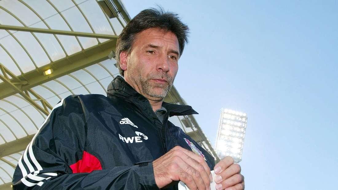 Ein nachdenklicher Leverkusen-Trainer Thomas Hörster bei einem Bundesligaspiel.