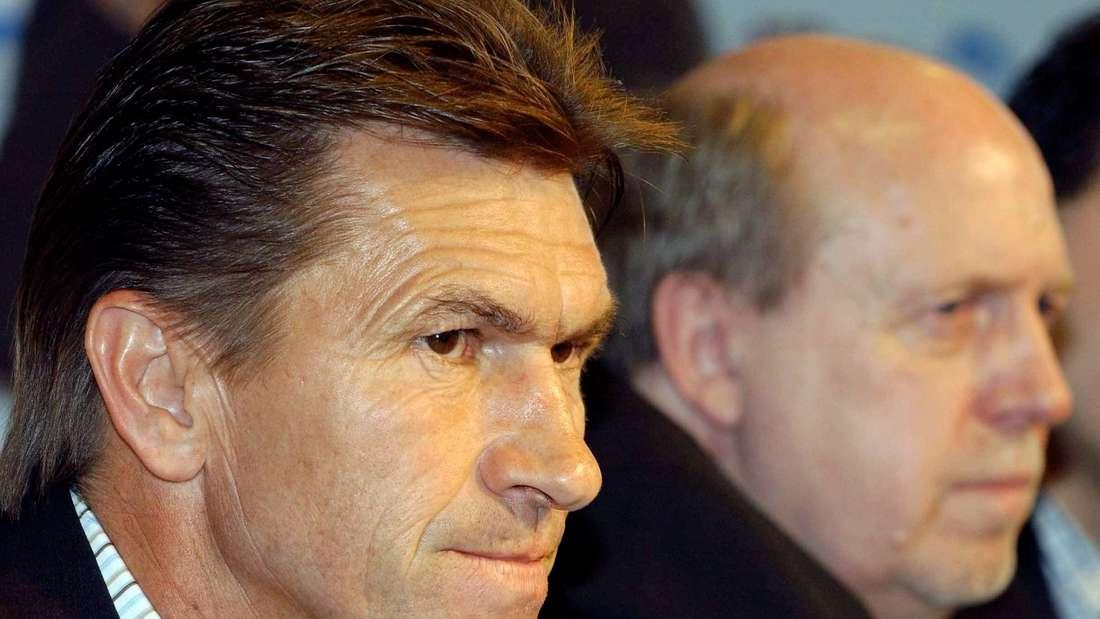 Klaus Augenthaler und Reiner Calmund sitzen bei der Trainervorstellung nebeneinander