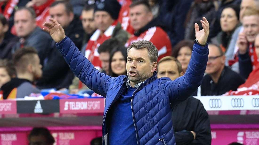 Fussball 1.Liga 2017/2018, 26.Spieltag, FC Bayern München - Hamburger SV, in der Allianz Arena München. Trainer Bernd Hollerbach (Hamburger SV) hebt unzufrieden die Arme.
