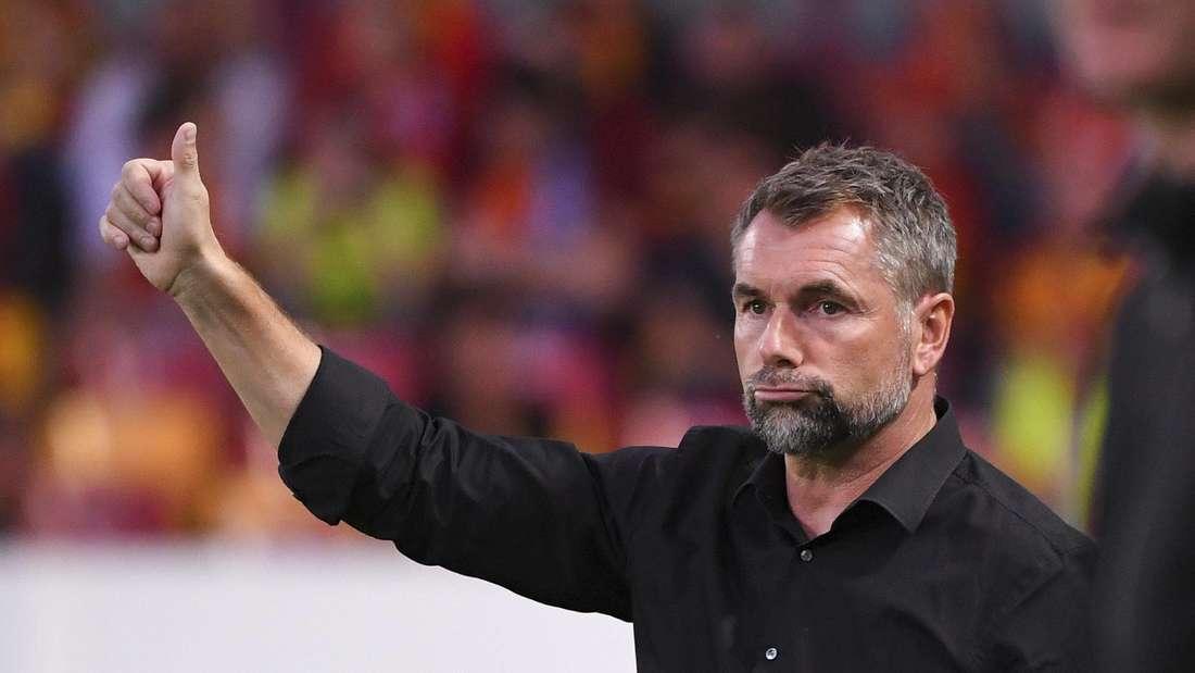Bernd Hollerbach als Fußball-Trainer von Mouscron in der Jupiler Pro League in Belgien