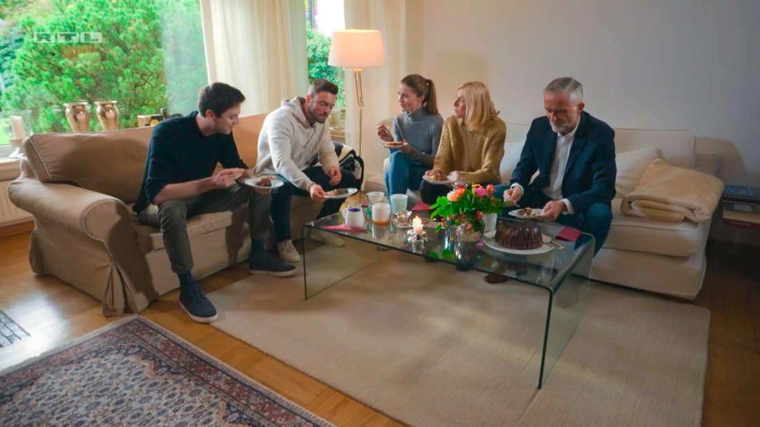 Der Bachelor Niko Griesert (v.l.n.r.): Sein Bruder, Niko Griesert, seine Schwester, Mutter Maria-Elisabeth und Vater Wolfgang