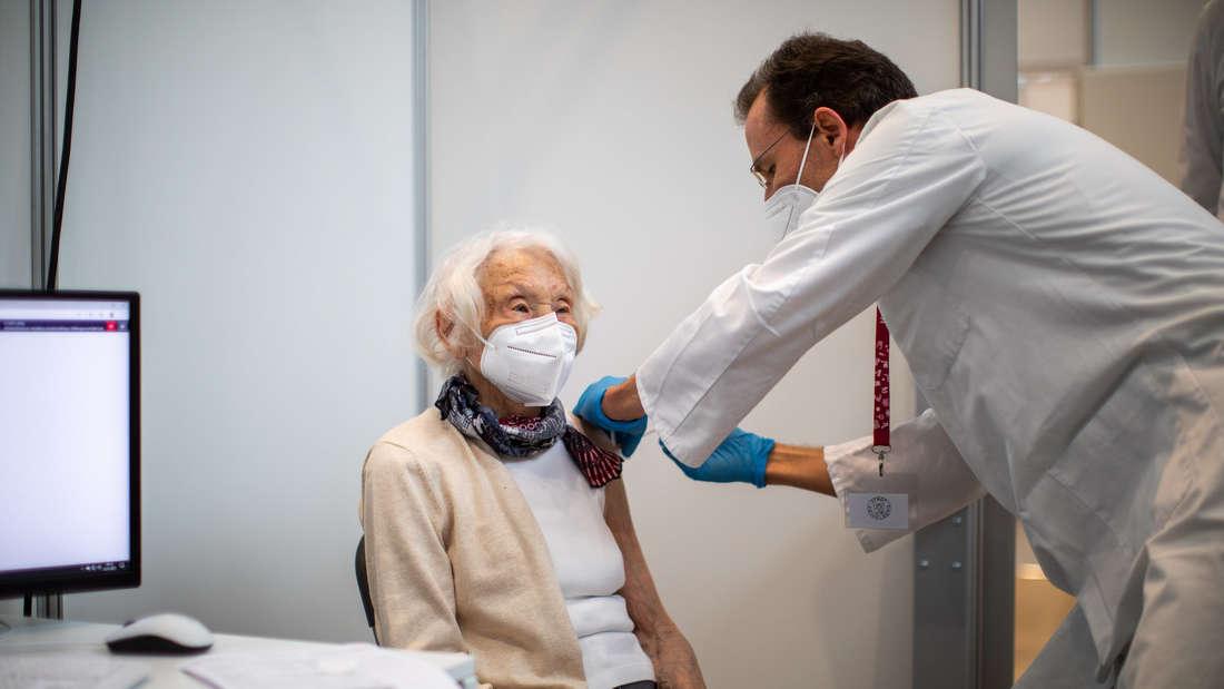 Marianne Knapp erhält die erste Spritze im neuen Kreisimpfzentrum.