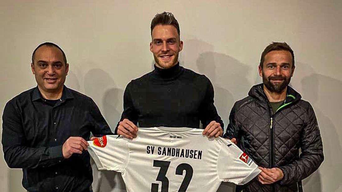 Patrick Schmidt (M.) mit SVS-Sportchef Mikayil Kabaca (li.) und Trainer Michael Schiele (re.).