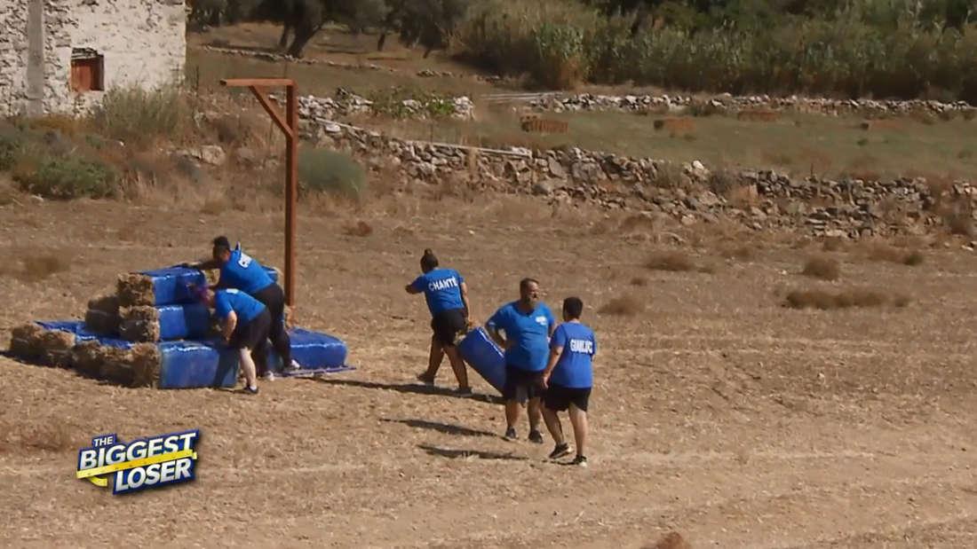 The Biggest Loser: Team Blau bei der Team-Challenge, Chanté zieht einen Heuballen über den Boden