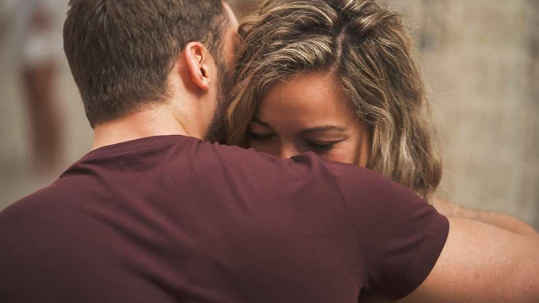 Bachelor Niko tröstet die traurige Hannah
