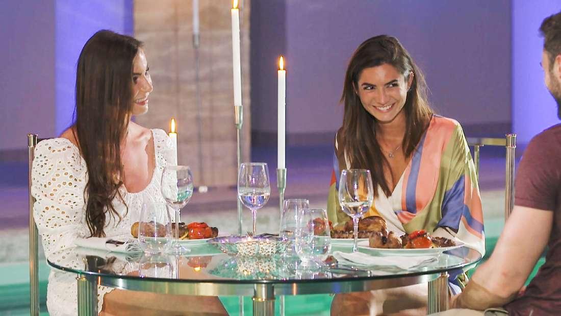 Nadine (l.) Michèle und Niko genießen ein Dinner zu dritt.