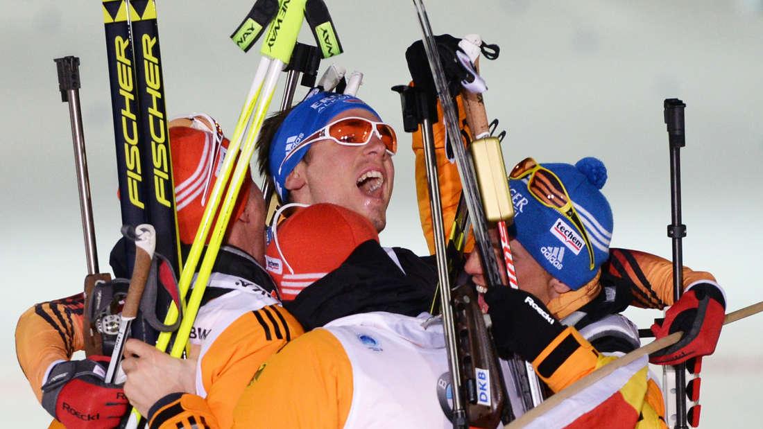 2015 führt Schlussläufer Schempp (Mitte) die deutsche Staffel zu Gold. Seine Teamkollegen feiern ihn.