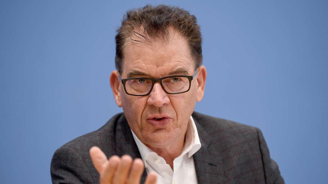 """Entwicklungsminister Gerd Müller (CSU) spricht bei der Vorstellung des staatlichen Textilsiegels """"Grüner Knopf""""."""